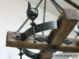 Кованая люстра с элементами из натурального деревянного бруса под старину