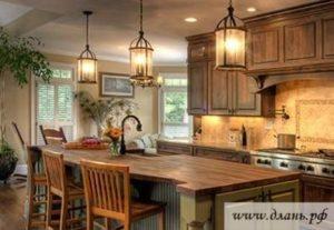 Декоративные люстры на кухне в стиле кантри добавят интерьеру ощущения комфорта и домашнего уюта