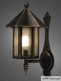 Наиболее ярким и востребованным осветительным прибором под старину является настенный светильник, который можно гармонично разместить даже в небольшом по площади помещении
