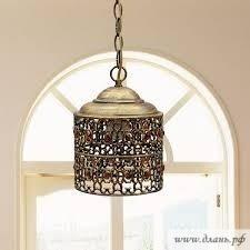 Современные кованые люстры для кухни не утяжеляют, а напротив – обогащают пространство.