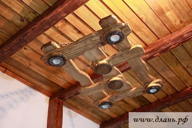 Деревянные люстры под старину – особый акцент в интерьере