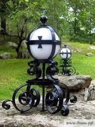 Шикарным дополнением ландшафтного дизайна станет кованый светильник