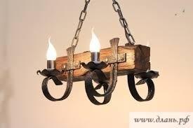 Благодаря комбинированному дизайну деревянных люстр, их можно подобрать к разнообразным по стилю интерьерам