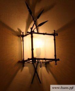 Оригинальный настенный светильник может создать необычную художественную композицию из тени