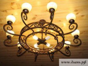 Кованая люстра для кухни или столовой, оформленной в стиле прованс