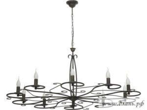 Кованая люстра под старину – далеко не всегда массивный светильник, она может быть и очень изящной и легкой на вид.