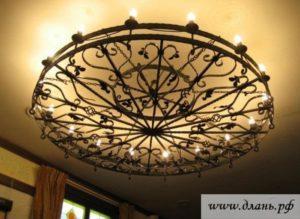 Массивный кованый потолочный светильник для гостиной или столовой в классическом стиле