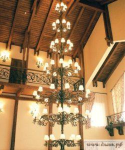 Кованая многоярусная люстра для интерьеров в ретро стилях