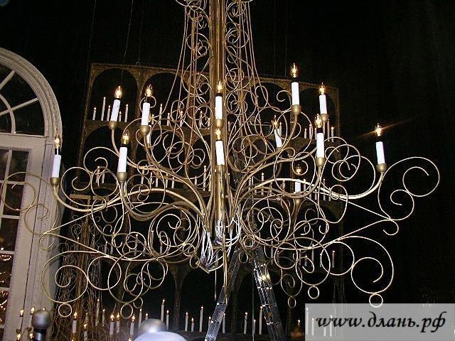 Люстра со свечами смотрится всегда очень изысканно и благородно.