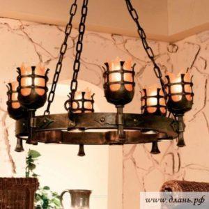Кованая люстра из искусственно состаренного металла для интерьера в стиле прованс.
