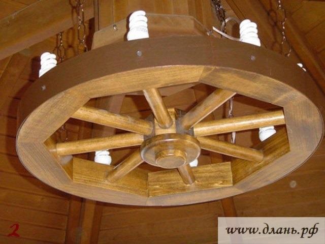 Люстра из натуральной древесины с энергосберегающими лампами с несколькими точками крепления цепями на балках.