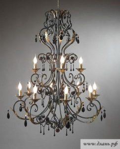 Авторская кованая люстра с оригинальными декоративными элементами и лампами- «свечами»