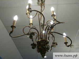 Оригинальный кованый потолочный светильник в итальянском ретро стиле гармоничнее всего будет выглядеть на простом белом фоне потолочного покрытия.