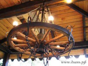 Красивая люстра под колесо телеги.